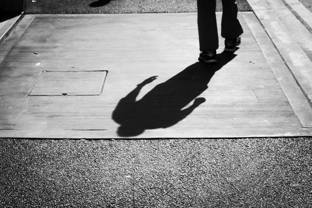Schatten einer Person, die sich entfernt